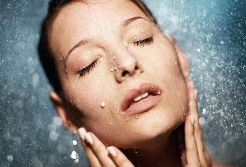вода питает кожу